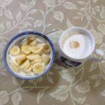バナナ入りヨーグルトとカフェラテ